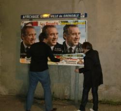 Dernier collage sur l'affichage libre avant la fin de la campagne de premier tour