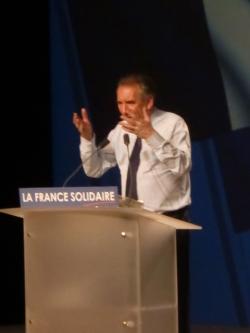 François Bayrou à la tribune lors du meeting de Lyon
